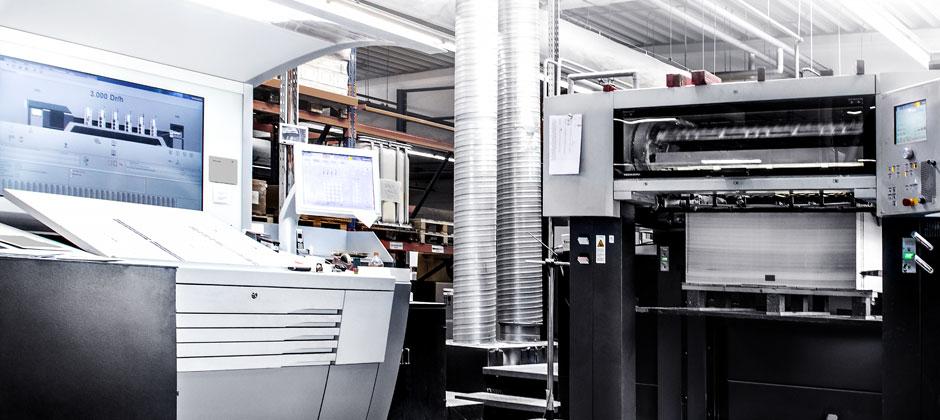 Offset-Druckmaschine im Druckraum